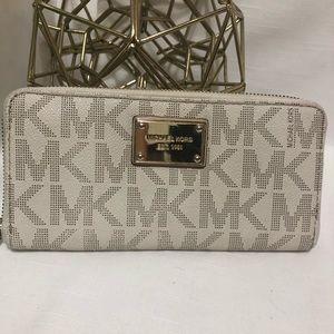 Michael Kors vanilla jet set wallet
